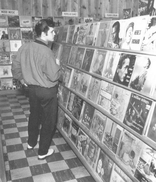 Elvis en una tienda de discos de Memphis en 1957.